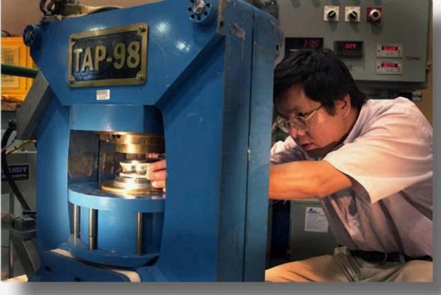 Zirkoniové sklo – vědci zabránili krystalizaci kovu