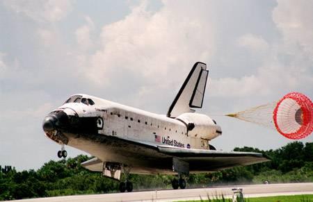 Horká aktualita! Americký raketoplán Discovery přesně ve 14:11 středoevropského letního času přistál kvůli nepříznivému počasí nad Floridou na kalifornské základně Edwards.
