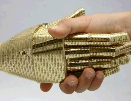 Japonští experti na robotiku teď vytvořili speciální tenoučkou a pružnou kůži pro umělé lidi, která už v mnohém dokonale plní funkce kůže lidské.