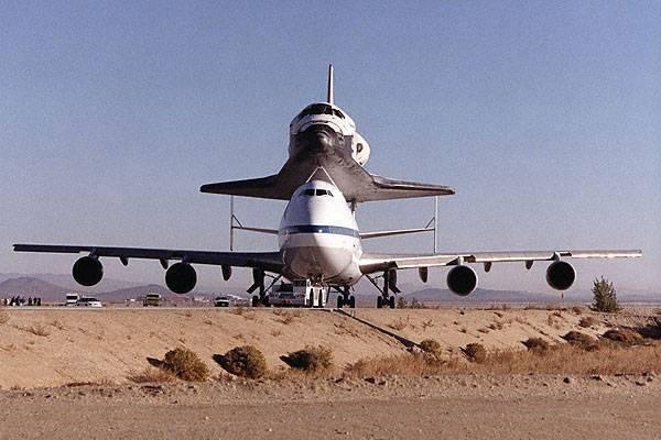 """Americký raketoplán Discovery se o uplynulém víkendu na """"zádech"""" speciálně upraveného Boeingu 747 vrátil na svou domovskou základnu na Floridě."""