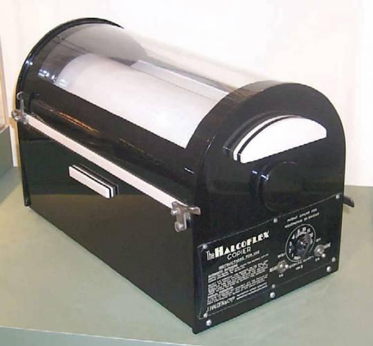 Bez kopíráku... Pamatujete ještě průklepové papíry? Ti mladší z vás už zřejmě ne. Dnes už by se málokdo obtěžoval s vkládáním průklepových papírů a kopíráku do psacího stroje nebo snad dokonce s opisováním, podobně jako mniši ve středověkých klášterech.