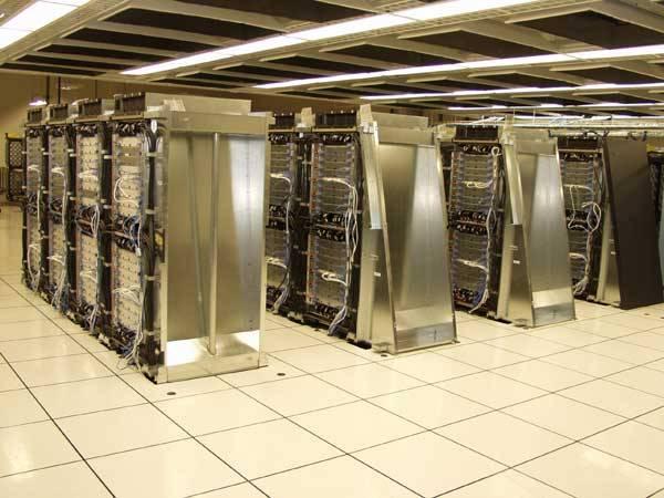 Počítače ovlivňují náš každodenní život, ať už si to připouštíme, nebo ne. Většina z nás je používá v zaměstnání i v poklidu svého domova. Ve výzkumných ústavech a na univerzitách po celém světě však pracují tzv. superpočítače, které zpracovávají neuvěřitelné množství dat. 21. STOLETÍ vám nabízí informace o těch nejvýkonnějších z nich.