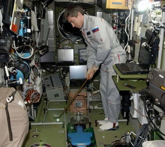 Rusové se chystají odpálit golfový míček z Mezinárodní vesmírné stanice.