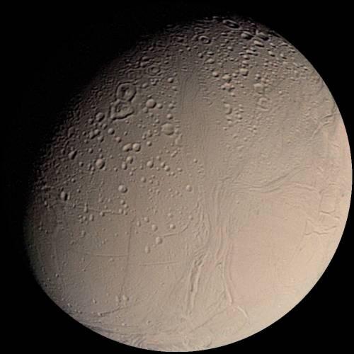 Možná ano. Tedy, pokud vycházíme z teorie, že život je možný tam, kde je voda v kapalném stavu. A vědci na jednom ze Saturnových měsíců vodu v takovém stavu našli.