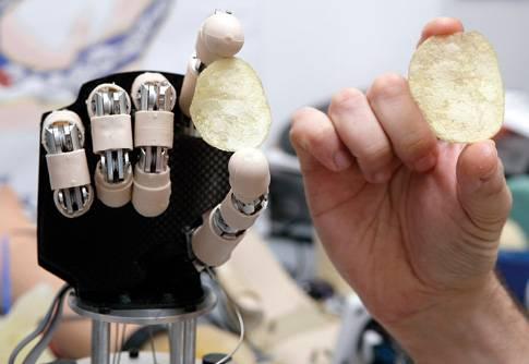 Vědci vyvinuli první umělou ruku, kterou dokáže mozek nejen ovládat, ale také cítit.