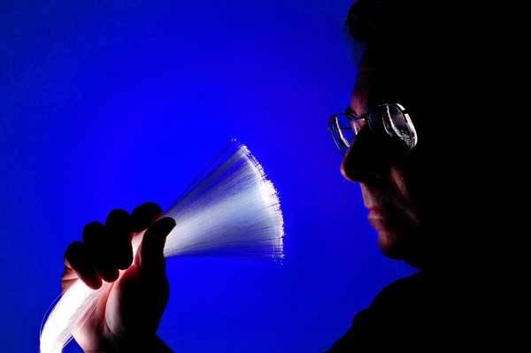 Optická vlákna nám zatím slouží jako spolehlivé, bezpečné a lehké komunikační kanály k přenosu dat především na zemi. Vědci ale posledními projekty dokazují, že směřují mílovými kroky i do letadel.