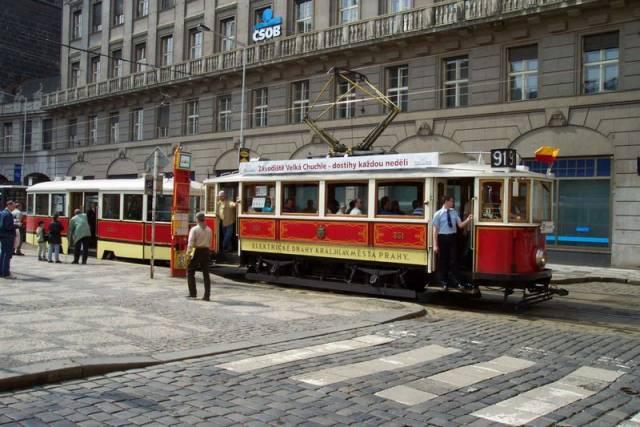 Právě dnes slaví sto let od své první vyjížďky nejstarší stále ještě provozovaná pražská tramvaj.