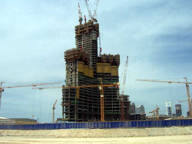 V létě minulého roku se přepisovaly architektonické rekordní tabulky. Tchajwanská věž Taipei 101 přišla o svůj primát nejvyšší budovy světa. Překonala ji totiž věž Burj Dubai, která jak již název napovídá, leží v Dubaji ve Sjednocených arabských emirátech.