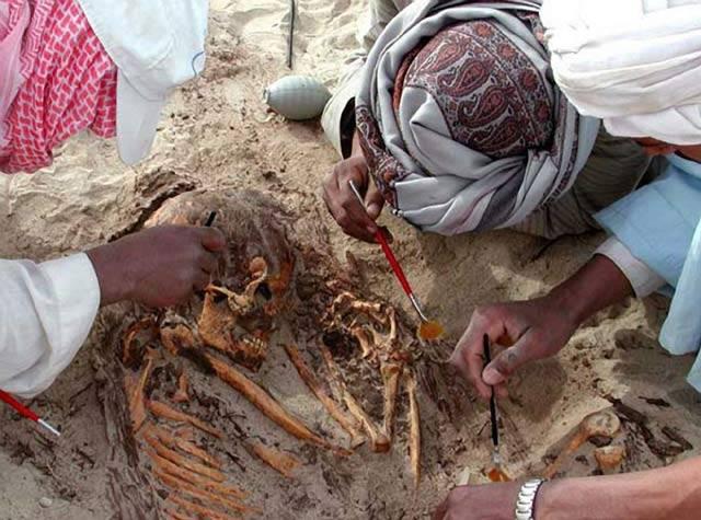 Archeologické naleziště v oblasti staroegyptského města Hierakonpolis odhaluje existenci neuvěřitelné epidemie. Starověkou populaci tu možná sužoval virus, který údajně z lidí dělal nemrtvé kanibaly.