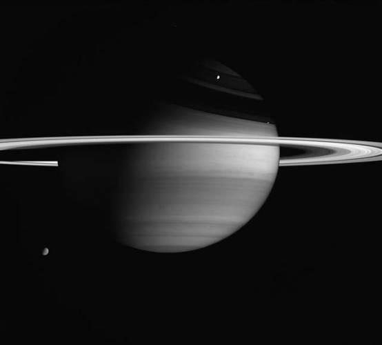 Nečekaný objev u Saturnu: Měsíc s prstencem