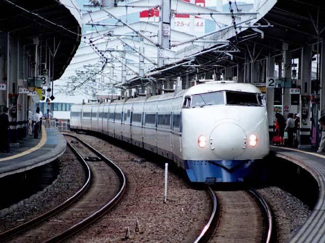 Jsou stále větší, rychlejší a pohodlnější. Využívají ty nejmodernější technologie a je pravděpodobné, že se stanou hlavním dopravním prostředkem následujících let. O čem je řeč? O vlacích. Samozřejmě, že ne o takových lokálkách, které jezdí na trati tzv. Posázavského pacifiku mezi Davlí a Čerčany. Třeba v Číně cestující ze šanghajského letiště do města vlakem doslova letí  rychlostí 430 kilometrů v hodině.