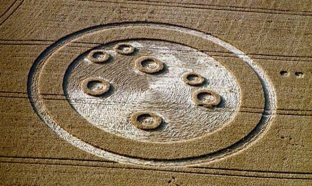 Tak jako dovolené a prázdniny patří k létu i tajemné kruhy v obilí (Crop Circles). Časem se vytvořily dvě skupiny nesmiřitelných protivníků: Jedni tvrdí, že vše je dílem lidí (hlavně recesistů), druzí se zaklínají, že agrosymboly mají na svědomí neznámé síly.