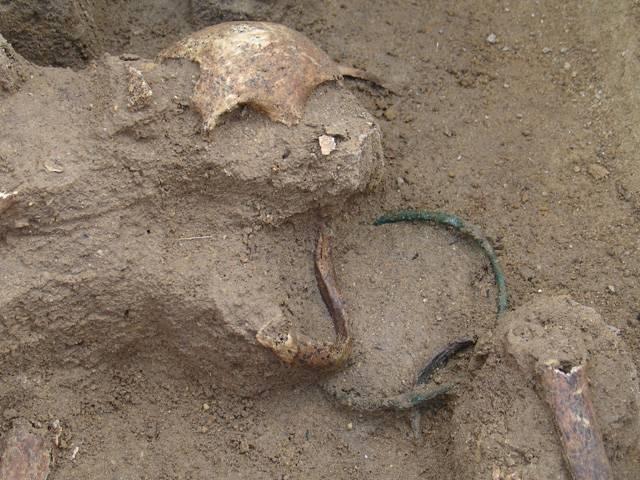 Na nejzápadnějším okraji Prahy, ve Zličíně, vykopali archeologové dosud největší známé pohřebiště z doby stěhování národů na našem území!