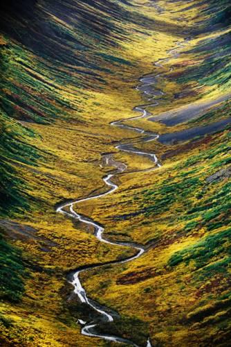 Na leteckém snímku vidíme část národního parku sv. Eliáše na Aljašce. Park vznikl v jižní části Aljašky v roce 1980 a zapsán na listině unikátních přírodních zvláštností světa UNESCO. Jde o největší národní park ve Spojených státech s rozlohou 53 321 km2, je tedy stejně velký jako celé Čechy.