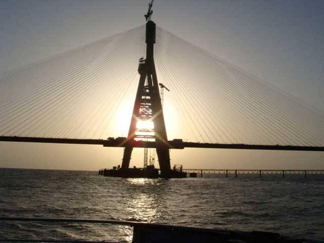 Největší demokracie světa Indie se již dlouho hlásí o své slovo. A zdaleka nejen v politice, ale třeba i v technologiích nebo v architektuře, vždyť na indickém subkontinentu roste řada zajímavých staveb. Jednou z nich je první indický most přes moře. Ten má za úkol spojit předměstí jednoho z největších měst světa – Bombaje.