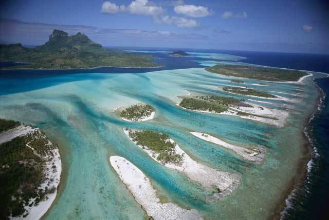 Velký bariérový útes je největším korálovým útesem na světě. Celý útes je přes 2000 kilometrů dlouhý, což je více než vzdálenost z Prahy do Moskvy. Velký bariérový útes se nachází na pobřeží Queenslandu na severovýchodě Austrálie.