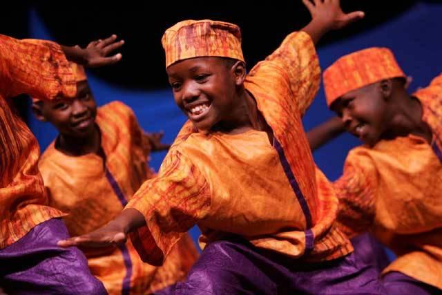 Zvuky bubnů v africkém pralese, Bachova fuga, koncert Rolling Stones nebo dechovka na venkovské tancovačce – to všechno jsou tváře hudby. Jak je vidí moderní věda?