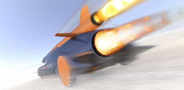 Píše se rok 2011. Do kokpitu vozu, který spíše připomíná kosmický modul, usedá odvážný řidič. Je jím pilot britského královského letectva Andy Green. Před sebou má výzvu – se svým futuristickým vozem hodlá překonat hranici 1000 mil za hodinu (1609 km/h). Ustanovil by tak světový rekord v jízdě po zemském povrchu.
