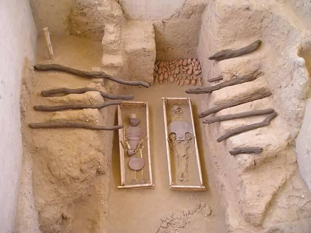 """Nedaleko Nazcy došlo k dalšímu velkému objevu: V Peru nalezeno nejstarší """"město"""" celé Jižní Ameriky: Spojení sil peruánských a německých archeologů přineslo sladké ovoce. Nedaleko města Nazca v jižním Peru došlo k objevu 19 hrobů z archaického období kolo roku 3500 před n. l."""