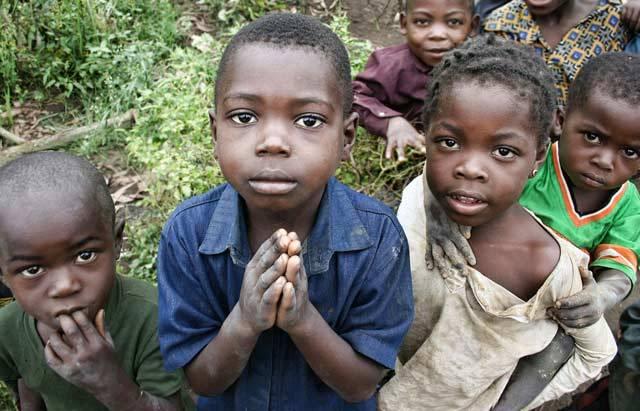 """Na první pohled by ta rovnice měla být zřejmá: jedno lidstvo rovná se jedna planeta. Jenže už nějakou dobu se většina lidí chová podle hesla """"Po nás potopa"""". Zpráva organizace World Wide Fund (Světový fond divočiny)) nazvaná Living Planet Report, která vychází každý sudý rok, nastavuje civilizaci velmi nepříjemné zrcadlo."""