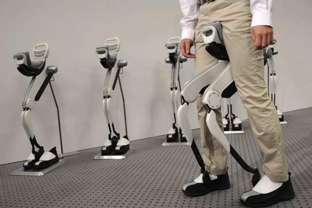 Obyčejná chůze je nejpřirozenějším pohybem člověka. A to už od chvíle, kdy naši předci zjistili, že je pro ně adaptačně výhodnější chodit místo po čtyřech po dvou končetinách. Japonské technology však klasická chůze už asi nudí. Vývojáři ze společnosti Honda představili zařízení, které by chůzi mělo výrazně usnadnit.