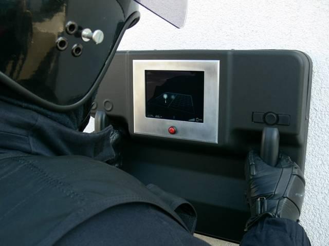 Pardubičtí konstruktéři zužitkovali svou letitou zkušenost  z vývoje radarů a představili unikátní technologii, která umožní policistům či záchranářům doslova vidět skrz zeď. Zařízení, které má dosah zhruba 20 metrů, má velikost zhruba větší krabice od bot a váží okolo 7 kilogramů.