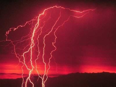 Blesky neboli krátké a  intenzivní elektostatické výboje známe důvěrně ze zemské atmosféry, kde provázejí zejména letní bouřky. Na Marsu, kde chybí dostatek vody v atmosféře, se však blýská také. Na vině jsou písečné bouře.