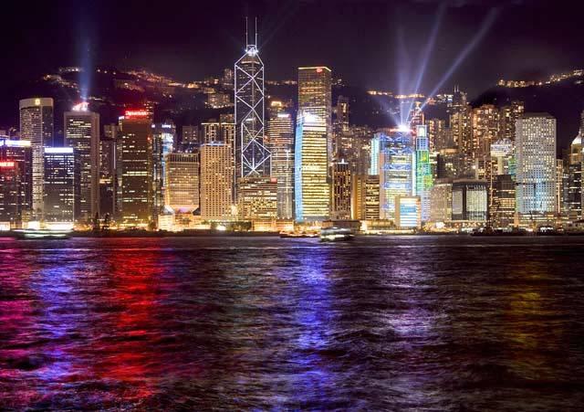 Takovýto pohled na noční Hongkong se naskytne pasažérům lodí, připlouvajících do tohoto úžasného přístavního města.