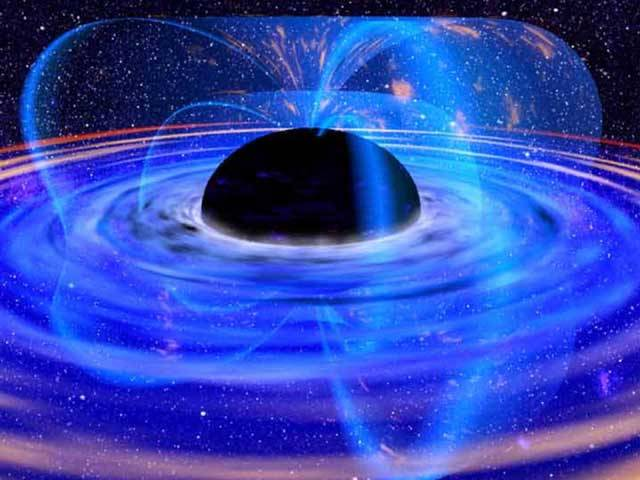 Černá díra. Vesmírný objekt, který už jen při vyslovení svého názvu nahání hrůzu. Ovšem zdá se, že černé díry si najdou chvíli i na romantiku. Američtí astronomové totiž objevili dvě černé díry, které kolem sebe něžně tančí.