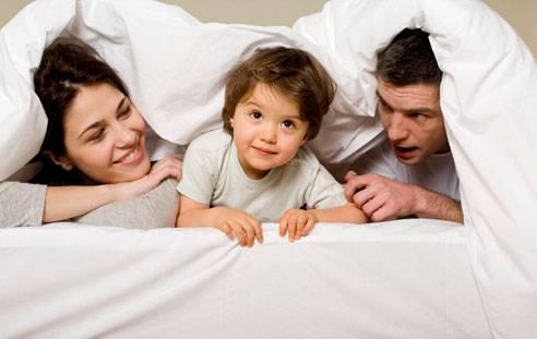 Když mladý pár vstoupí do rodičovských rolí, změní se v jeho životě prakticky všechno. Američtí vědci nedávno zjistili, že rodičovství proměňuje i politické postoje. Zatímco maminky se stávají liberálnějšími, otcové se naopak zatvrzují v konzervativních pozicích.