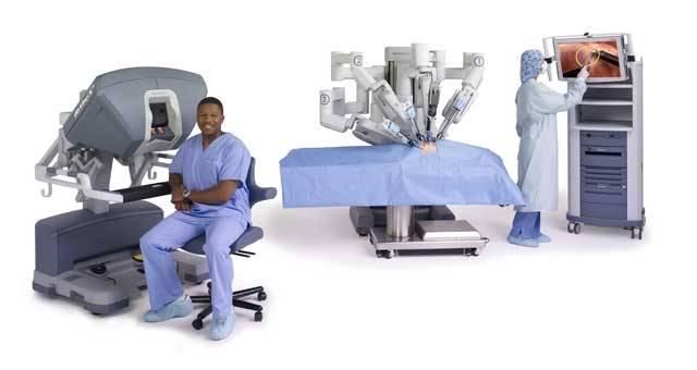 Jistě znáte z TV seriálů, mnohdy i z bolestivé osobní zkušenosti, okolnosti, kdy se musí člověk podrobit operaci. Napjatě ležíte na operačním stole, nad vámi září velké světlo, kolem se rojí lékaři a jejich pomocníci. Dovedete si představit, co se asi bude dít, když se k vám místo lidí pomalu přiblíží operační nástroje v rukou robota? To už není sci-fi!