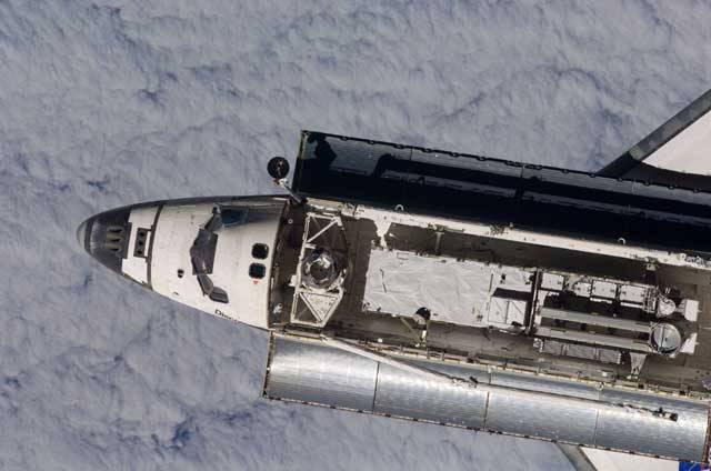 Jedním z nejnáročnějších úkolů nedávné mise amerického raketoplánu Discovery k Mezinárodní kosmické stanici ISS bylo namontování posledního páru solárních křídel, která zásobují stanici elektrickou energií.