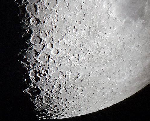 V jednom z posledních čísel časopisu 21.STOLETÍ jsme naše čtenáře informovali o chystaném vesmírném spektáklu, v němž hlavní roli sehrají Měsíc a americká sonda LCROSS. Chvíle očekávaného představení je zde.