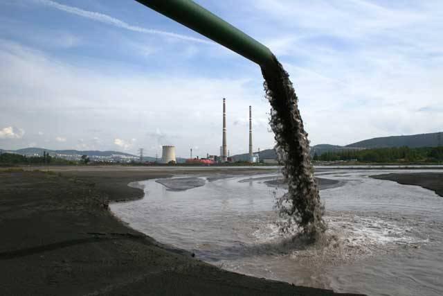 Organismy, které kolonizovaly souš, jsou na vodě stále závislé. Mezi suchozemce patříme i my, lidé, a naše závislost na vodě se nám v posledních letech začíná nepříjemně připomínat. Voda se sice nemůže úplně ztratit, ale může na některých místech citelně chybět. A to především voda zdravotně nezávadná.