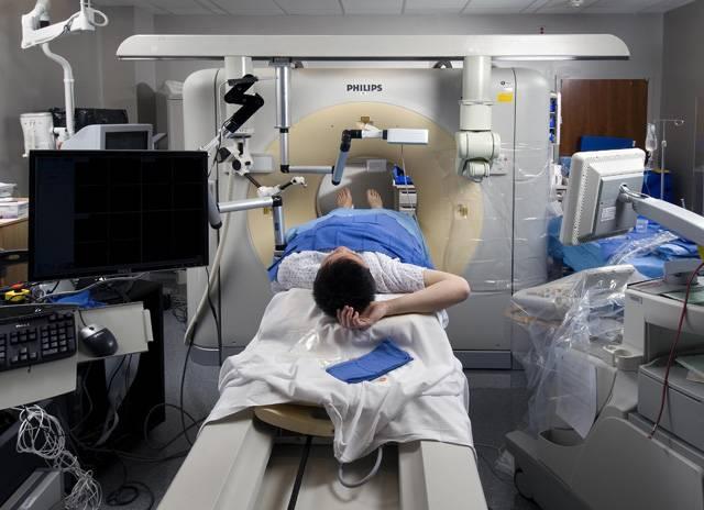 Přístroje založené na ultrazvuku si už dávno našly svou cestu do nejrůznějších oborů lidské činnosti. Svou každodenní práci si bez něj nedokážou  představit zejména inženýři, technici, ale také lékaři. Švýcarští a izraelští odborníci nedávno provedli první ultrazvukové operace mozku. Bez jediného říznutí.