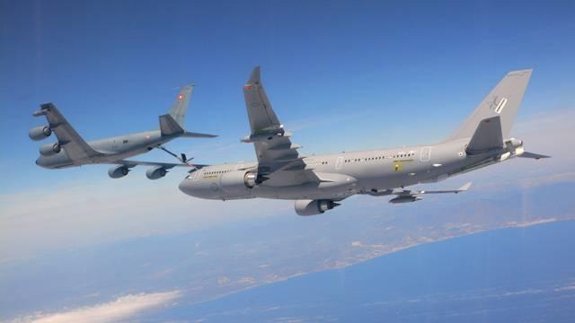 Airbus A330 je známý především jako civilní dopravní letadlo. Jeho speciální úpravy pod označením A330 MRTT však začíná využívat řada zemí jako tankovacího letounu pro potřeby armádního letectva.