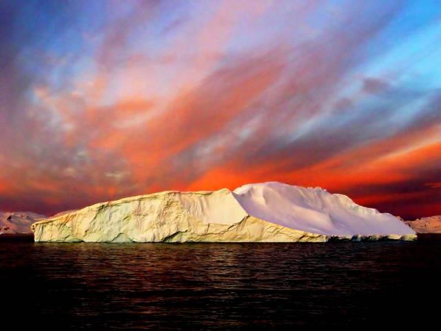 """Arktické oblasti bývaly spojeny s pojmem """"krajina věčného ledu"""". Básníci však zřejmě budou muset najít jiné poetické pojmenování pro nejsevernější části naší planety. Národní úřad pro letectví a kosmonautiku (NASA) oznámil, že ledová pokrývka v Arktidě se ztenčuje stále zběsilejším tempem."""