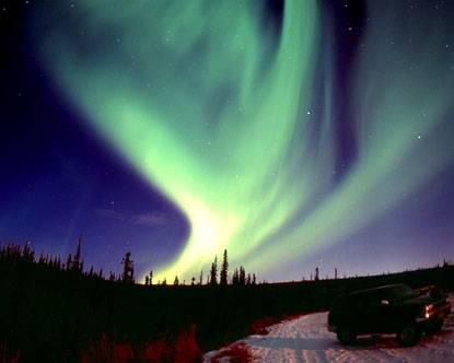 """Neobyčejný atmosférický úkaz, polární záře čili aurora borealis, má dokonce už své vlastní vědní odvětví. Takzvaná """"aurorální fyzika"""" nám totiž může napovědět mnoho nejen o povaze zemského magnetismu, ale i o chování subatomárních částic, které tvoří """"zemský ocásek"""". Vědcům se nedávno podařilo """"srážky"""" různých polárních září dokonce natočit."""