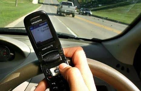 Až šestkrát větší pravděpodobnost havárie čeká na řidiče, kteří posílají z jedoucího vozu SMS zprávy. Že se vám zdá nepravděpodobné, že by se našli takoví hazardéři? Asi byste se divili, ale je jich požehnaně. SMS zprávy totiž posílá z jedoucího auta až 60%, zejména mladších řidičů! Výzkum, který nedávno provedli vědci z univerzity v americkém Utahu, přichází s dalšími podrobnostmi.