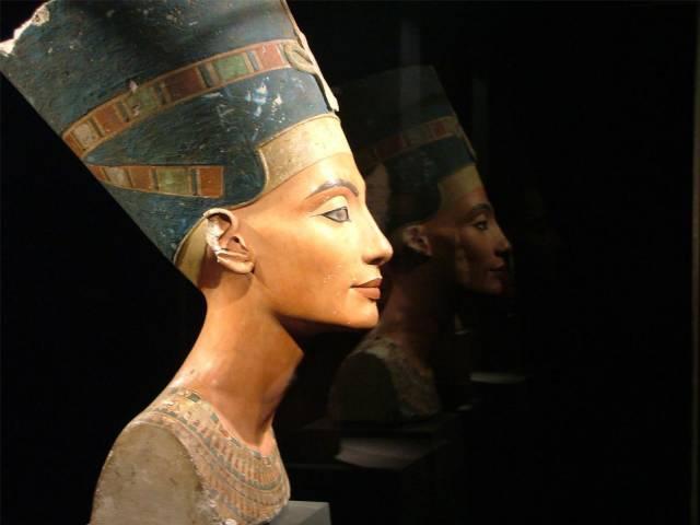 Krásný obličej egyptské královny Nefertiti si snad neumíme představit jinak, než  s výrazným make-upem a očními stíny. Francouzští vědci nedávnou přišli s teorií, že oční stíny nesloužily pouze k ozdobě, ale i jako lék proti bakteriálním infekcím.