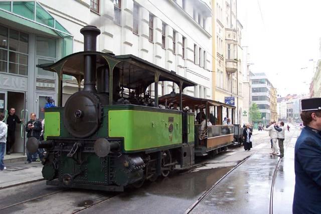 Tramvaj, elektrika, šalina. Tyto a spoustu dalších názvů má u nás oblíbený městský dopravní prostředek. Řada světových měst se nyní k tramvajové dopravě opět vrací, protože znovu objevují její výhody. Moderní tramvaje jsou totiž nejen ekologické, ale i pohodlné a tiché.
