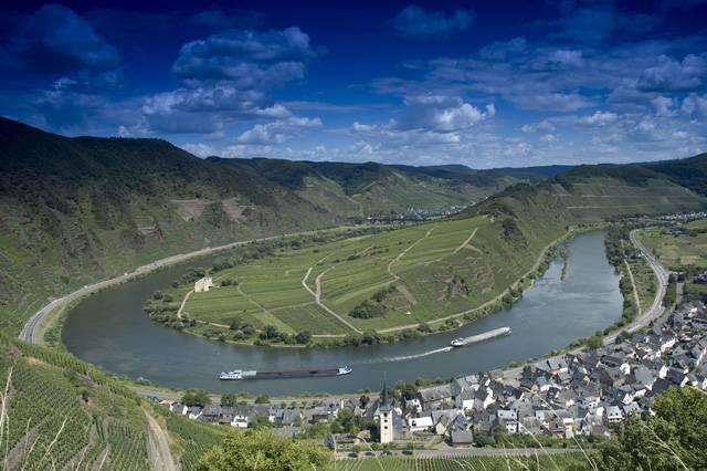 V našem objektivu vám tentokrát nabízíme kouzelný pohled na meandry řeky Mosely, pramenící ve Francii, jejíž tok protíná Lucembursko a ústí do Rýna v Německu u města Koblenz.