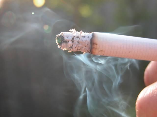 O škodlivých účincích pasivního kouření bylo popsáno již tolik papíru, že dnes své nekouřící děti či kolegy vystavuje cigaretovému dýmu snad už jen úplný hulvát. Pomůže však zakouřenou místnost vyvětrat? Vědci z prestižní univerzity v kalifornském Berkeley tvrdí, že nikoliv.