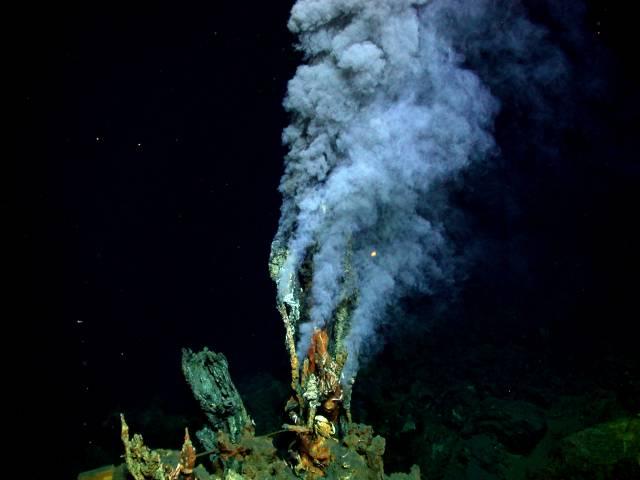 """Takzvaní """"černí kuřáci"""" jsou hydrotermální průduchy na mořském dně. Poprvé byly pozorovány v roce 1977. Od té doby se stále zlepšuje naše poznání nejen jejich fyzikální a geologické stránky, ale také jejich úloha v podpoře života v hlubinách moří. Britská expedice nedávno objevila nejhlouběji umístěného kuřáka nedaleko Kajmanských ostrovů v Karibiku."""