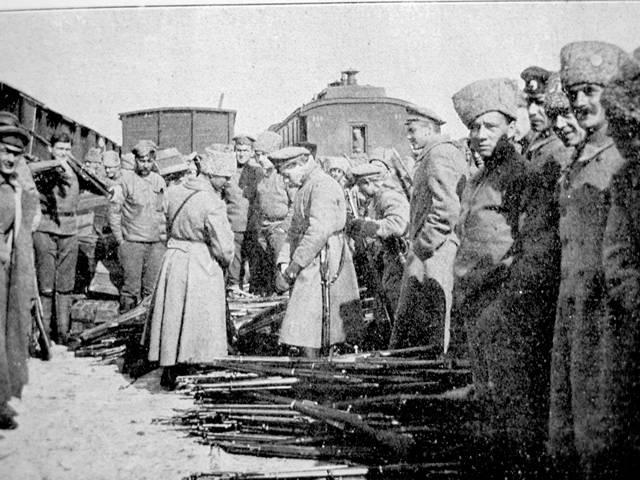 Uplynulé století se s lidmi, obývajícími českou kotlinu i krajinu pod Tatrami, nijak nemazlilo. Fatální události stíhaly Čechy a Slováky, některé šly ovlivnit jen stěží, jiné si však oba národy zavinily samy. Ovšem byly zde i slavné chvíle. Jednou z nejvýraznějších je vystoupení československých legií a jejich ruská anabáze.