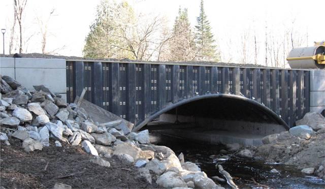 Mosty patří ke stavbám, u nichž kladou mnozí konstruktéři vedle bezpečnosti a dlouhé životnosti důraz i na estetičnost a půvab. Pro příklad nemusíme chodit daleko, stačí pohled na světoznámý Karlův most v Praze. Díky novým technologiím a materiálům si dnes mohou konstruktéři mostů dovolit i to, co bylo kdysi nemyslitelné. Mosty hýří roztodivnými tvary a barvami, pyšní se odvážnými konstrukcemi. 21. STOLETÍ pro vás vybralo ty nejúžasnější mosty světa.