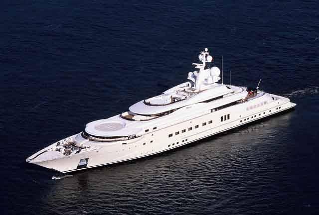 Jachty jsou v současnosti symbolem luxusu. Přitom se původně jednalo o lehké vojenské lodě, dlouhé nanejvýš 23 metrů a vyzbrojené několika málo kanony. Poté, co se na jedné jachtě vrátil Karel II. Stuart do Anglie a patnáct těchto plavidel zařadil do britského námořnictva, stala se tato loď známá i jako plavidlo pro vysoce postavené osobnosti. A tak je tomu dodnes.