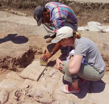 Při průzkumu chrámu v Tell Zayinat v dnešním jihovýchodním Turecku měli archeologové z univerzity v Torontu mimořádné štěstí. Podařilo se jim objevit skrýš, v níž bylo ukryty hliněné tabulky popsané klínovým písmem. Jednalo se o vazalskou smlouvu mezi novoasyrským vládcem Asarhaddonem a jedním z menších vládců součásti jeho říše.