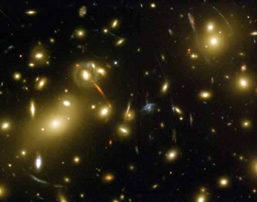 """Dva různé astronomické týmy světa, jeden americký a druhý japonský, nedávno pozorovaly  dosud neobjevenou """"kupu galaxií"""", obrovitý útvar, který drží pohromadě gravitace. Její stáří 9,6 miliardy let z ní dělá nejstarší známou známý objekt tohoto typu v celém vesmíru."""