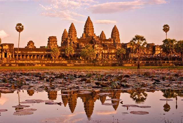 Kambodža, země v jihovýchodní Asii, má slavnou i smutnou historii. Její obyvatelé zažili krvavé tyranství Pol Pota, ale také nebývalý rozkvět, jehož dědictvím je slavný chrám Angkor Vat. Tato stavba je kambodžským symbolem, dostala se i na státní vlajku.